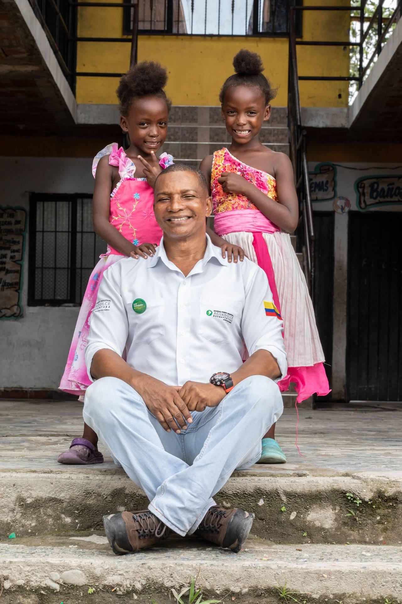 Colaborador de Puerto Aguadulce con niñas de las comunidades aledañas